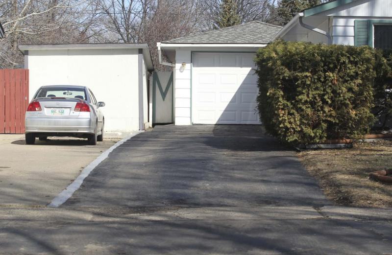 <p>Bruce Bumstead / Brandon Sun files</p><p>Cheap cat litter or Diatomaceous earth are the best ways to sop up new oil stains from pavement or paving stones.</p></p>