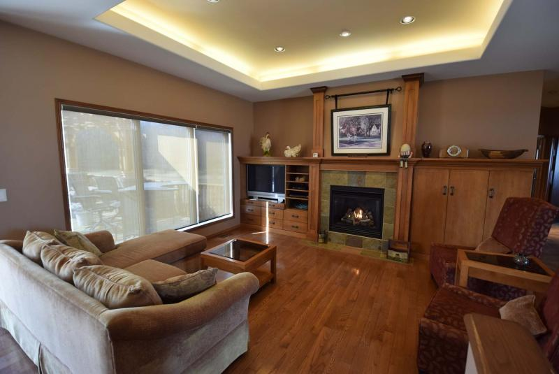 <p>TODD LEWYS / WINNIPEG FREE PRESS</p><p>The dining room has a relaxing and cosy atmosphere thanks to its fireplace and maple finishes.</p>