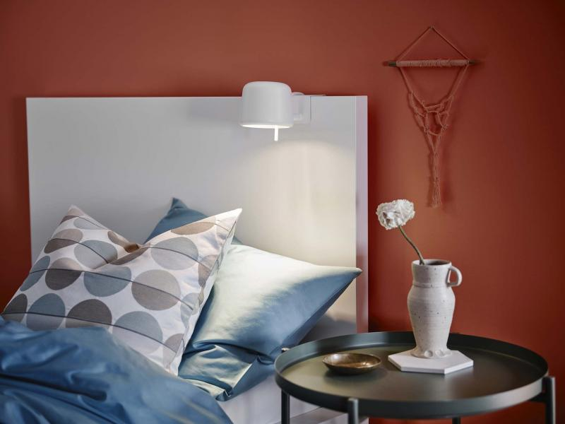 <p>Varv Clamp Spotlight is a little clamp-on steel lamp that can be a great addition to a bed. </p>