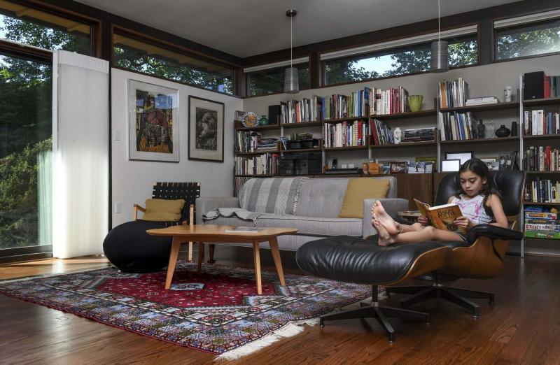<p>Julia Reiskin reads a book the den. MUST CREDIT: Washington Post photo by Toni L. Sandys.</p>