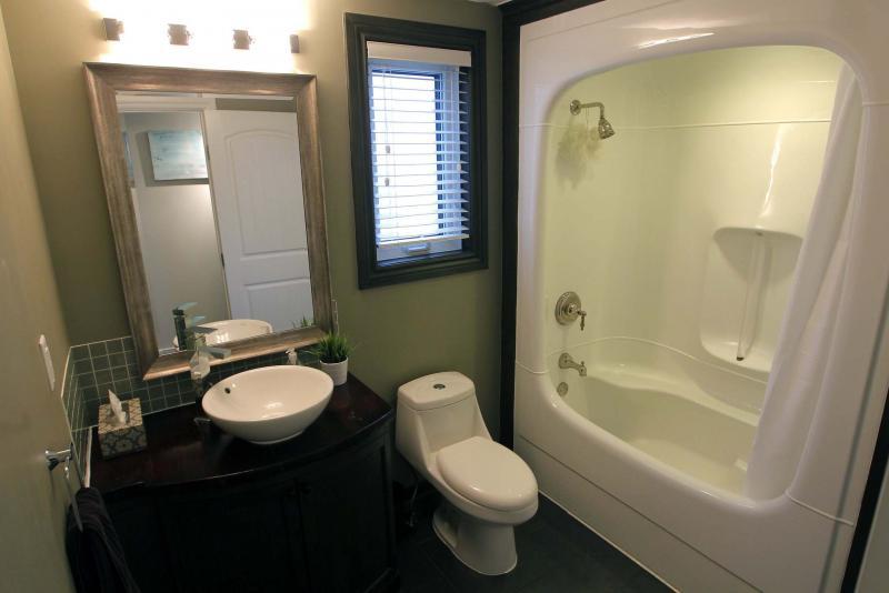 <p>BORIS MINKEVICH / WINNIPEG FREE PRESS</p><p>The remodelled bath features a taupe tile floor and vinyl tub/shower.</p>