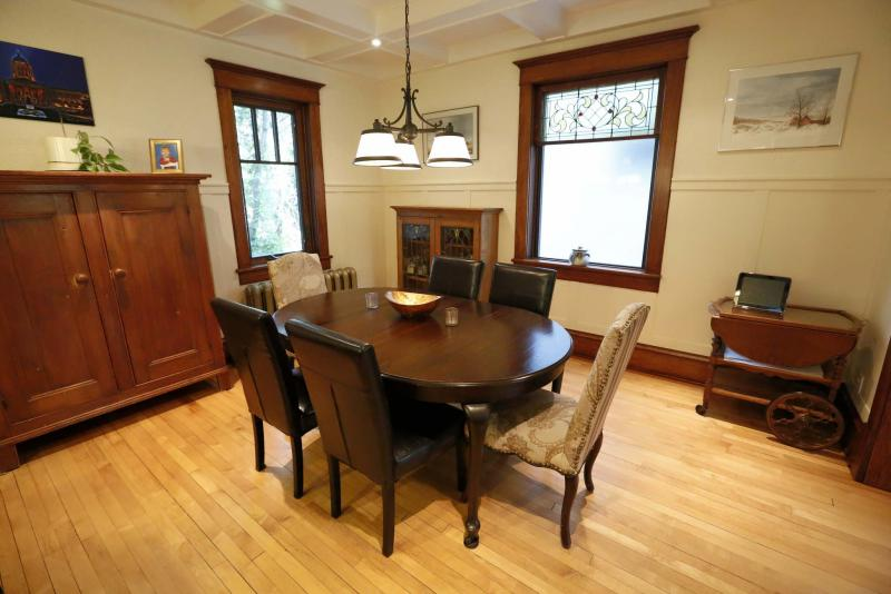<p>The dining room flows nicely into the kitchen and living room.</p></p>