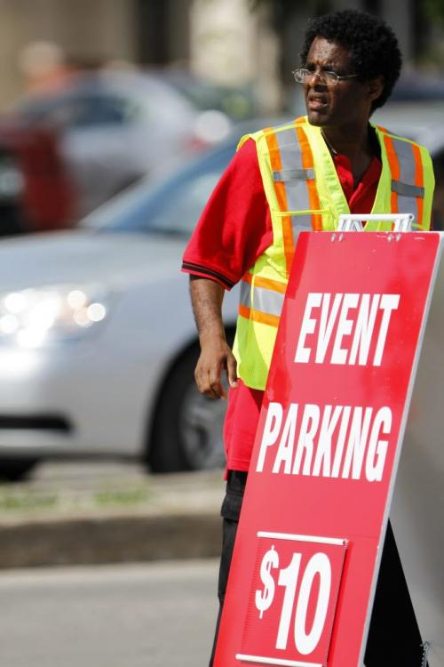 Event parking signs start to go up at the junction of Pembina Highway and Plaza Drive, directing Taylor Swift concert goers into lots on Saturday, June 22, 2013. (OLIVER SACHGAU) (JESSICA BURTNICK/WINNIPEG FREE PRESS)
