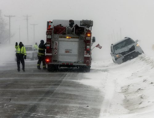 STDUP MVC , Wpg Police Service members direct traffic around a two car MVC on Dugald Rd. near  Ravenhurst  St. in white out blowing snow and drifting conditions, there were no serious injuries , FEB. 11 2014 / KEN GIGLIOTTI / WINNIPEG FREE PRESS