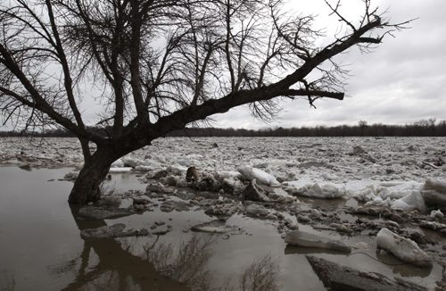 A huge ice jam has developed near Selkirk Park and is causing locals from the Town of Selkirk to quickly do what they can to seal off Selkirk Park– See Kevin Rollason story- Apr 21, 2014   (JOE BRYKSA / WINNIPEG FREE PRESS)
