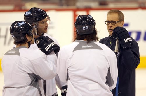 Winnipeg Jets head coach Paul Maurice has a chat with players L to R – Jim Slater, Anthony Peluso, and Chris Thorburn at morning practice Tuesday.- The Jets are in preparation for a home game tonight against the Buffalo Sabers- See Ed Tait story – Dec 16, 2014   (JOE BRYKSA / WINNIPEG FREE PRESS)