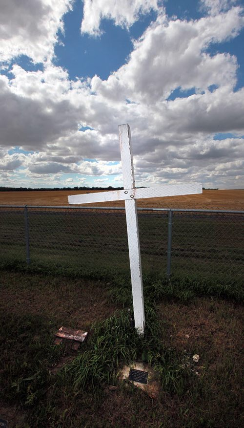 PHIL HOSSACK / WINNIPEG FREE PRESS - A cruxifix marks the small ...: store.winnipegfreepress.com/photostore/photo-details/170263