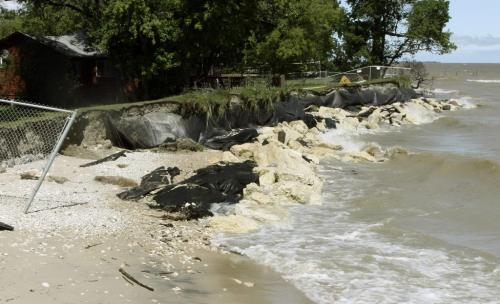 EROSION WORSEN ON THIS WPG BEACH SHORE LINE AFTER THE 2ND STORM IN 2 WEEKS. Gerry Hart/Winnipeg Free Press