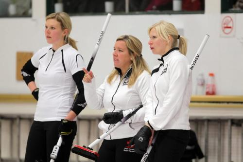BORIS.MINKEVICH@FREEPRESS.MB.CA  101025 BORIS MINKEVICH / WINNIPEG FREE PRESS $60,000 Manitoba Lotteries Women's Curling Classic championship finals at the Fort Rouge Curling Club. In the final is Team Carey vs. Team Overton.  Cathy Overton, centre, with teammates Leslie Wilson,L, and Raunora Wescott,R.
