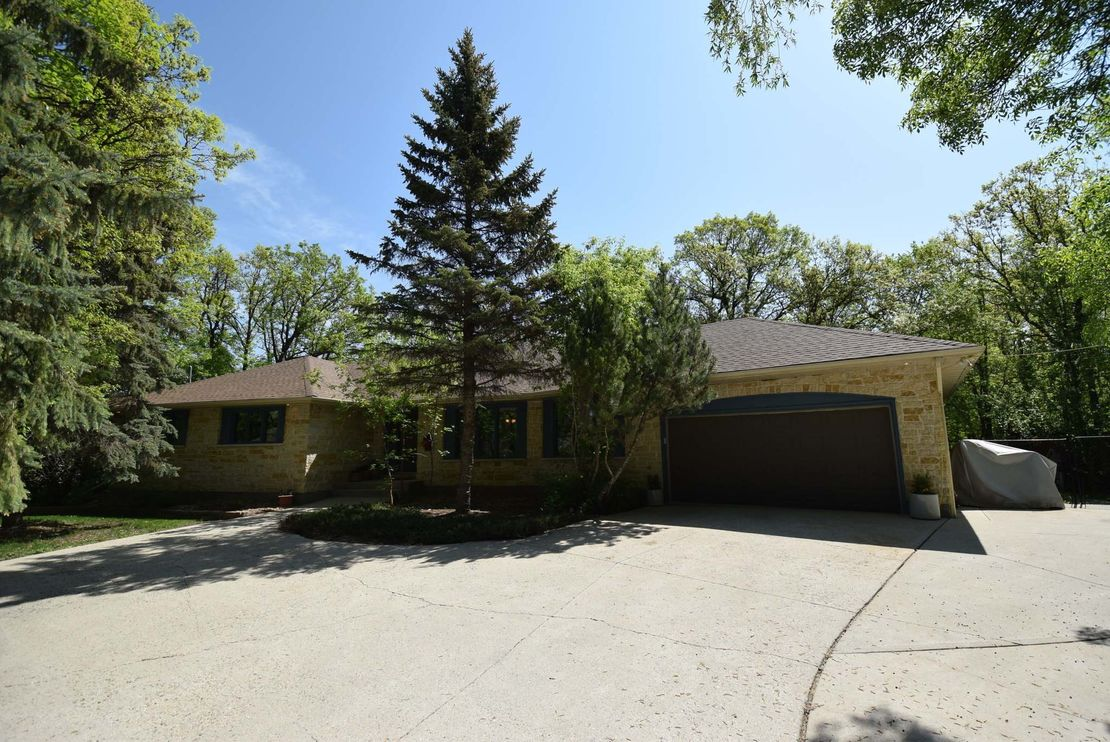 <p>Todd Lewys / Winnipeg Free Press</p><p>The park-like, one-acre lot sets the tone for this bungalow tucked away from the hustle and bustle of the city.</p>