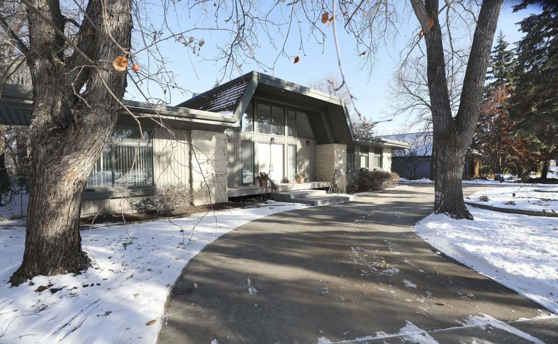 <p>PHOTOS By RUTH BONNEVILLE / WINNIPEG FREE PRESS</p><p>A circular driveway greets visitors to the deceptively large 1971-built home on Southboine Drive.</p>