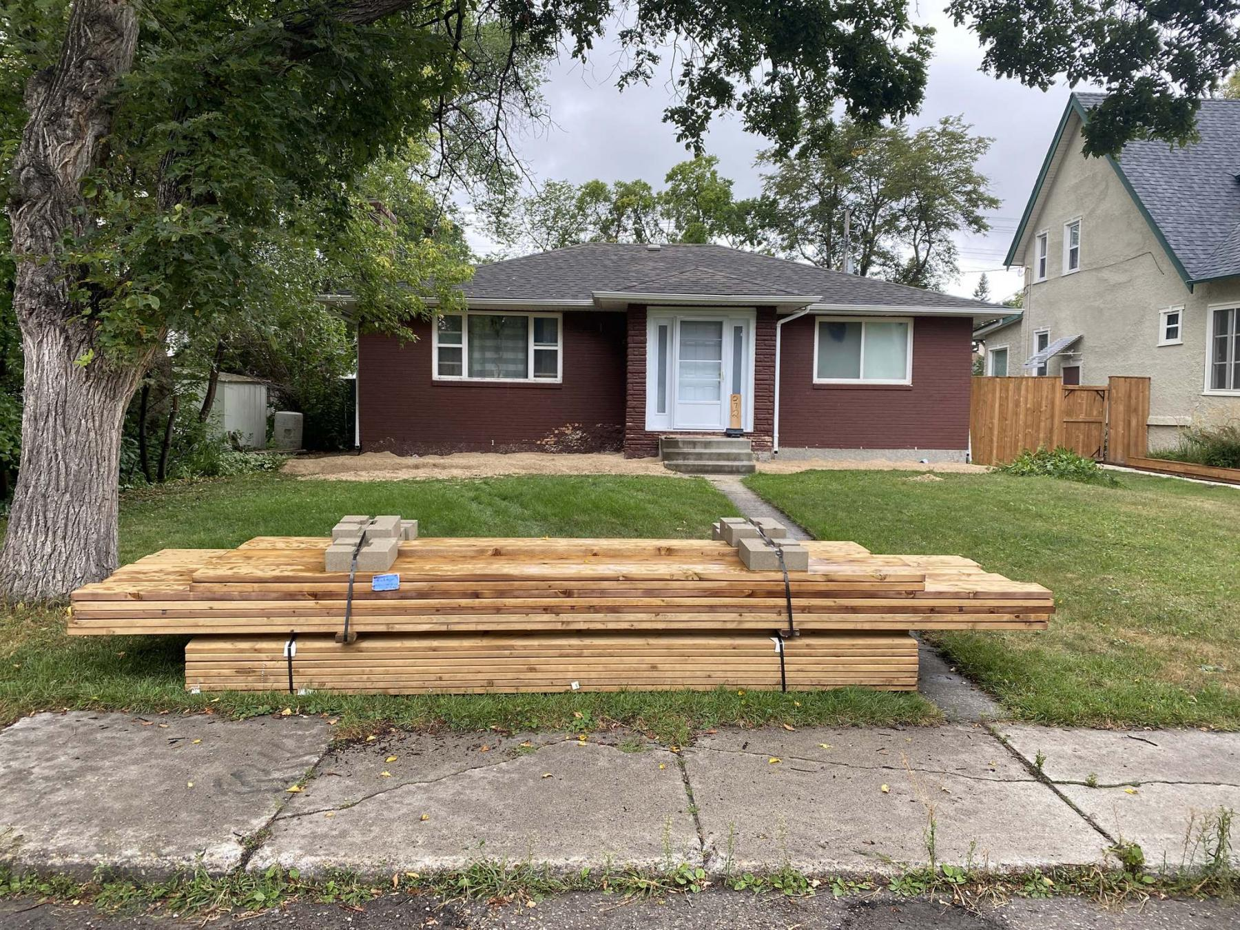 <p>Marc LaBossiere / Winnipeg Free Press</p><p>The lumber was delivered on Friday, the frame was built on Saturday and by 3 p.m. Sunday, the top decking and fascia were installed.</p>