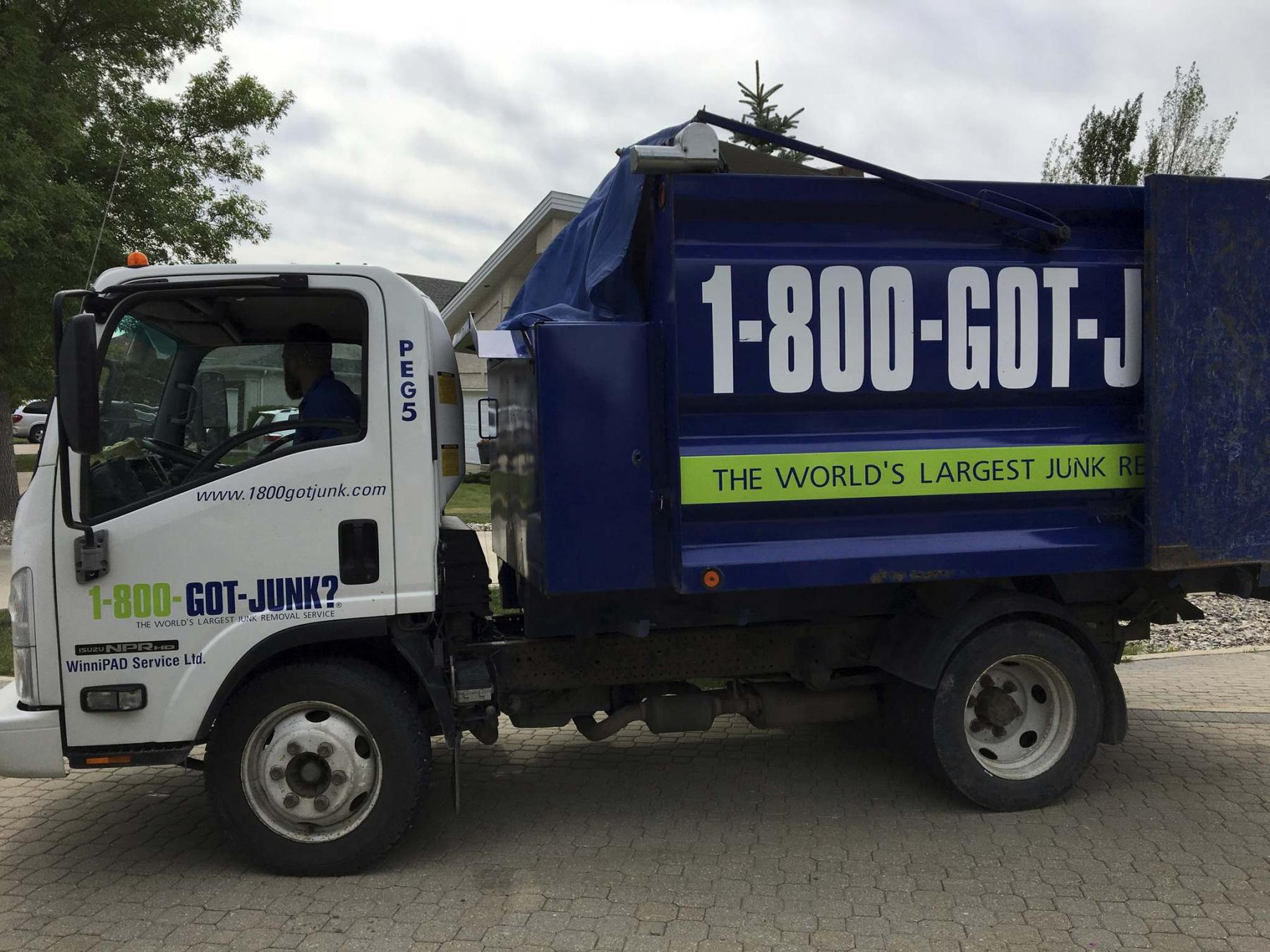 <p>Marc LaBossiere / Winnipeg Free Press</p><p>The 1-800-GOT-JUNK truck is equipped with a retractable tarp to avoid any mishaps en route to the dump. </p>