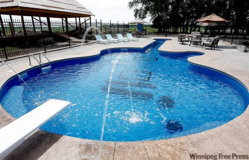 A les paul custom swimming pool winnipeg free press for Pool design company polen
