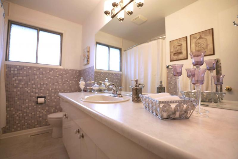 <p>RUTH BONNEVILLE / WINNIPEG FREE PRESS</p><p>A four-piece bathroom separates the master suite from the kids' bedrooms for more privacy.</p></p>