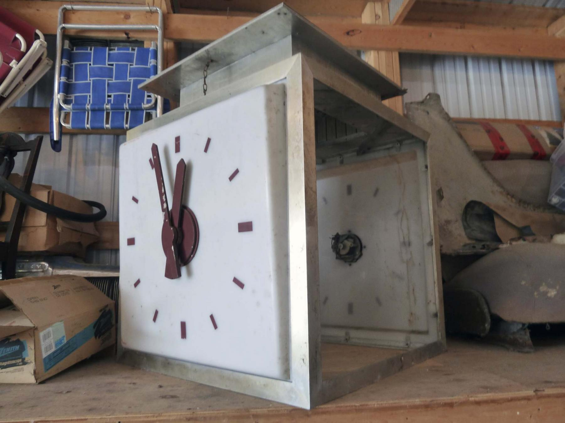 <p>Laurie Mustard / Winnipeg Free Press</p><p>This old clock was once a popular meeting place at the downtown Eaton's department store. Laurie Mustard plans to spend some time restoring it while he's practising social distancing. </p>