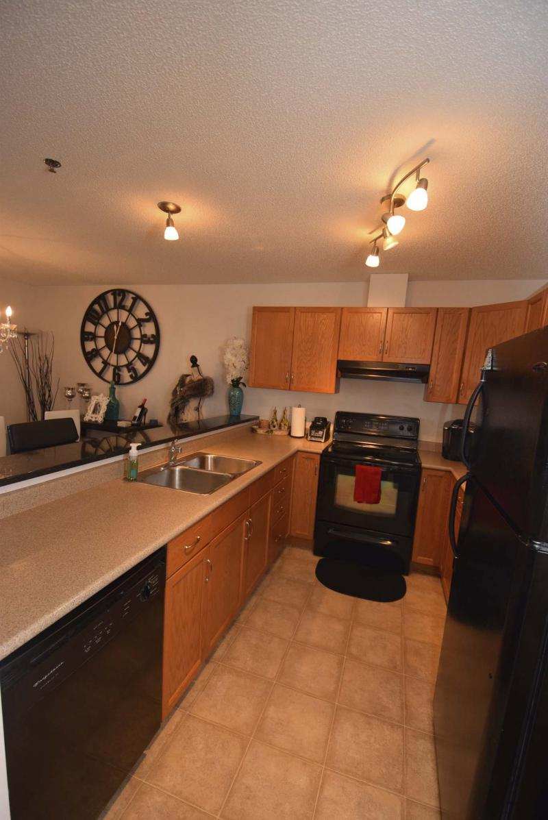 <p>TODD LEWYS / WINNIPEG FREE PRESS</p><p>The galley-style kitchen has a raised granite eating bar.</p>