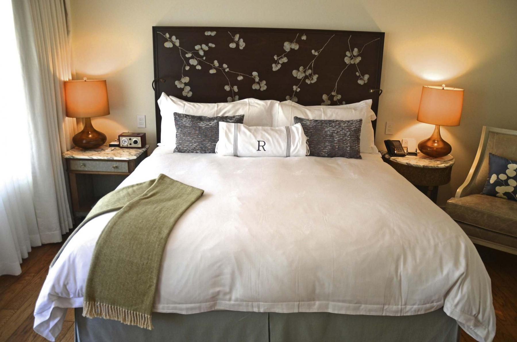 <p>Christopher Reynolds / Los Angeles Times FILES</p><p>Luxury hotels use oversized flat sheets to line their premium mattresses.</p>
