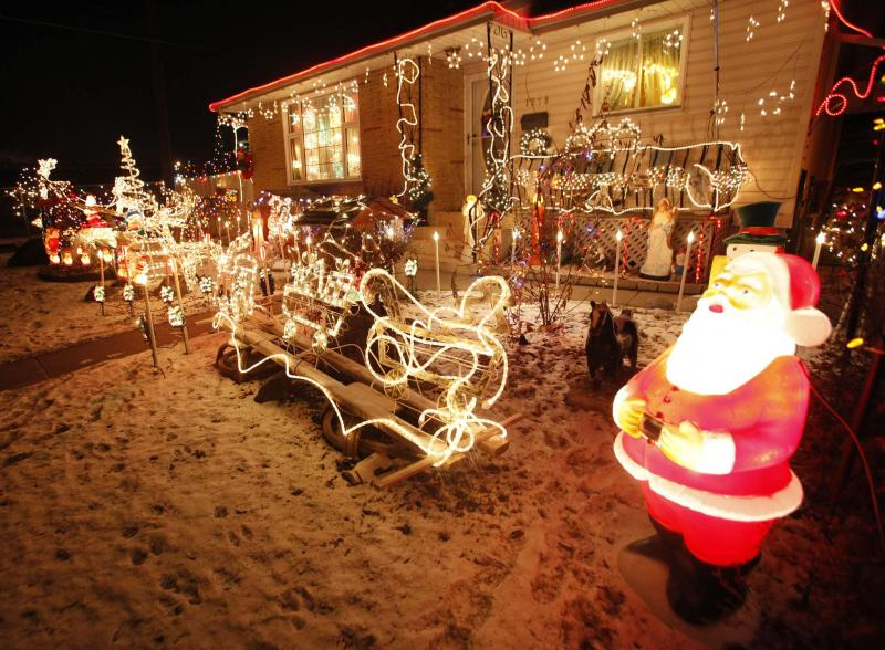 <p>BORIS MINKEVICH / WINNIPEG FREE PRESS FILES</p><p>There's no right or wrong answer when it comes to whether to go 'tacky' or traditional with your Christmas lights — celebrate in the way that best reflects you and your family.</p></p>