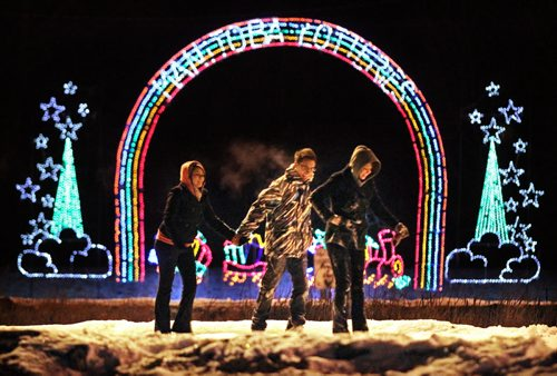 """Brandon Sun Brandonites take in the city's new skating oval against a backdrop of the annual """"Waterfall of Lights"""" feature, Friday evening near Hilton Avenue. (Colin Corneau/Brandon Sun)"""