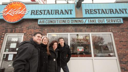 Winnipeggers came all the way from Toronto for a Kelekis hot dog on Tuesday. Darren Earn (left) encouraged his friends, who live in Toronto, to come for a reunion at Kelekis Restaurant before it closes in January. With Earn are Marla Minuk, Josie Distaso and Ron White. (Melissa Tait / WInnipeg Free Press)