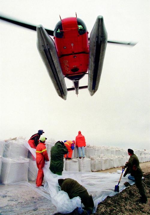 FLOOD OF 1997 Jeff de Booy photo winnipeg free press