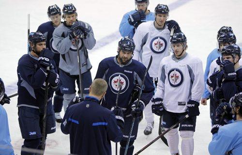 Winnipeg Jets Coach Paul Maurice talks to the team in practice today. MTS Centre.  BORIS MINKEVICH / WINNIPEG FREE PRESS  Feb. 28/14