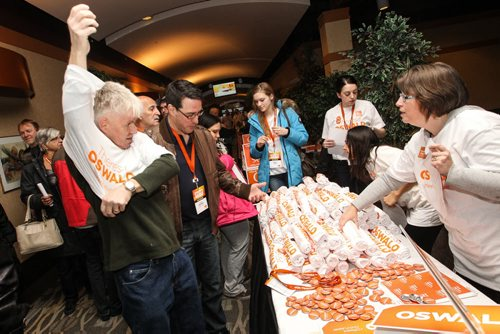 Ken Swan a delegate from the Minto Riding puts on a Theresa Oswald t-shirt sunday morning at the NDP Convention. 150308 - Sunday, March 08, 2015 -  (MIKE DEAL / WINNIPEG FREE PRESS)