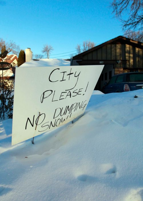 BORIS MINKEVICH / WINNIPEG FREE PRESS A sign erected in front of 167 Kingston Row that asking the city to not dump snow there. Jessica Botelho-Urbanski story.  Feb. 9, 2018