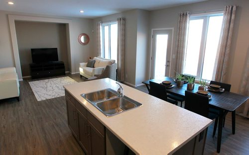 BORIS MINKEVICH / WINNIPEG FREE PRESS NEW HOMES - 139 Castlebury Meadows Drive. Open concept with kitchen, eating area, and living room. TODD LEWYS STORY  Feb. 12, 2018